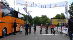 Sportiviteit was er genoeg dit jaar: hier deden Ot en Sien mee aan de Ronde rond het Ronostrand. Andere sportieve activiteiten waren: schaken, voetballen, hardlopen, judoën, paardrijden, vissen,